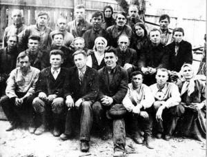 Покровский собор, Барнаул. Прихожане, участвовавшие в установке креста. Фото 1942 г.
