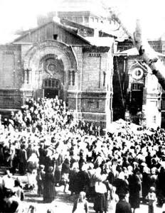 Покровский собор, Барнаул. Установка креста. Фото 1942 г